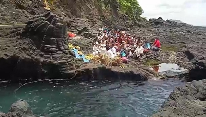 Keluarga pemancing hilang di Pantai Mimba Karangasem, Bali menggelar upacara adat, Kamis (18/2/2021). (Foto: iNews.id/Yunda Ariesta)