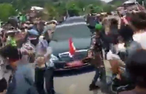 Video viral emal-emak mengadang mobil Presiden Jokowi di Sumba Tengah. (Foto: iNews/Dionisius Umba L)