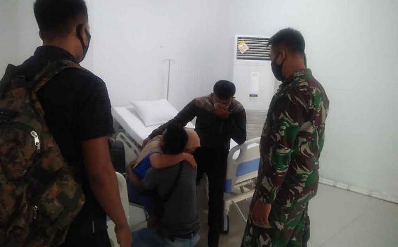 Dua prajurit TNI AU mengagalkan seorang pasien Covid-19 di Wisma Atlet Kemayoran yang hendak bunuh diri loncat dari lantai 20. (Foto: Istimewa)