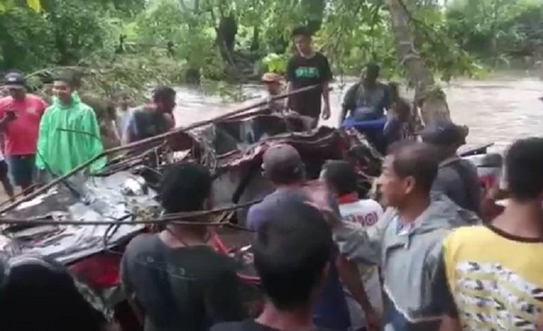 Mobil hanyut terbawa banjir di Sumbawa, NTB, Selasa (23/2/2021). Pengemudi mobil hilang diduga terseret arus. (Foto: iNews/Suherlan)
