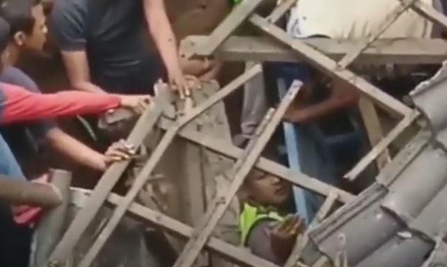 Petugas tertimbun reruntuhan bangunan pos polisi yang ambruk di Cimanggis, Depok. (Foto: iNews/Iyung Rizki)