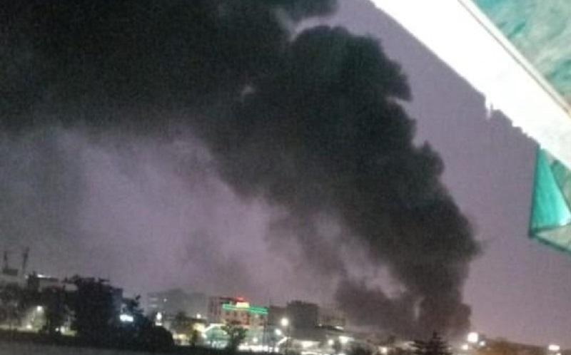Asap hitam membumbung tinggi dari lokasi kebakaran di Pasar Inpres, Jaksel, Senin (12/4/2021) petang. (Foto: Twitter @humasjakfire)