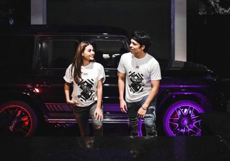 Atta dan Aurel kompak dengan t-shirt couple.
