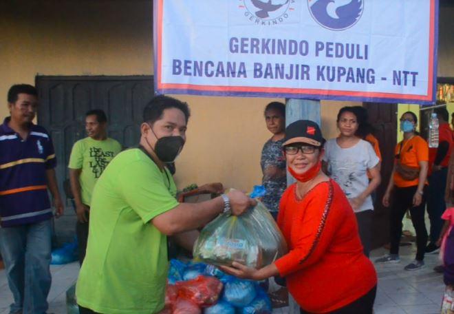 Gerkindo membagikan bantuan sembako bagi korban bencana banjir bandang badai Seroja di Kabupaten Malaka, NTT. (Foto: MNC Portal/Stefanus Dile Payong)