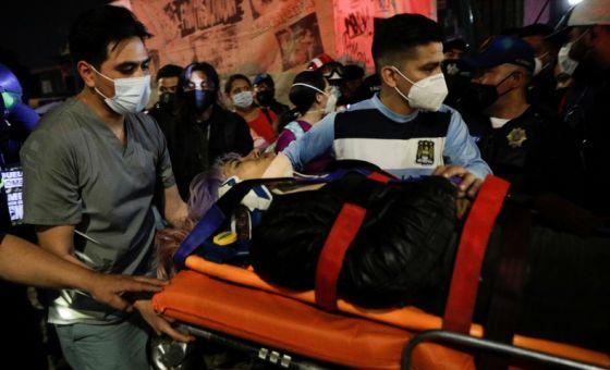 Jembatan layang kereta metro di Meksiko ambruk menewaskan 15 orang (Foto: Reuters)