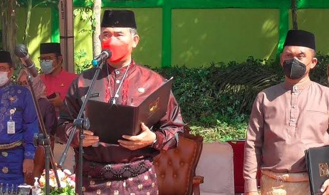 Wali Kota Jambi Syarif Pasha mengambil sumpah pejabat di TPU khusus Covid-19, Rabu (19/5/2021). (Foto: MNC Portal/Azhari Sultan)