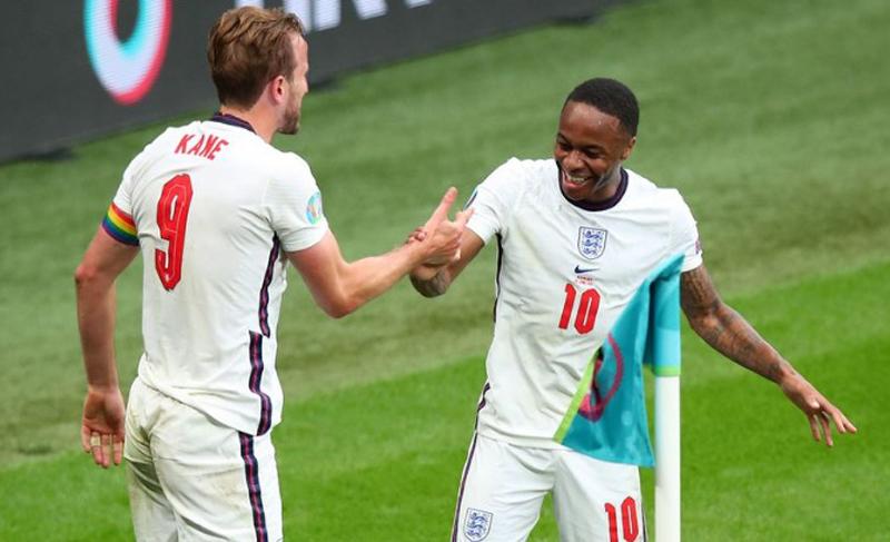 Pemain Timnas Italia wajib siaga satu. Sebab dua penyerang Inggris Harry Kane dan Raheem Sterling terkenal jago diving. (Foto: Manchester Evening News)