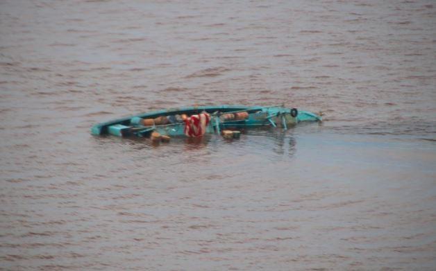 Bangkai kapal nelayan yang tenggelam di perairan Kalbar ditemukan. (Foto: MNC Portal/Gusti Eddy)