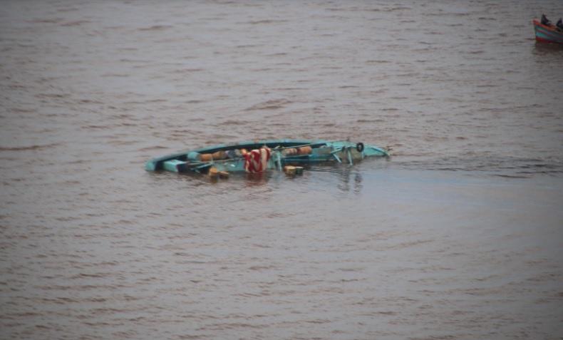 Dir Polairud Polda Kalbar melihat bangkai kapal nelayan tenggelam di perairan Kalimantan Barat. (Foto: Polda Kalbar)