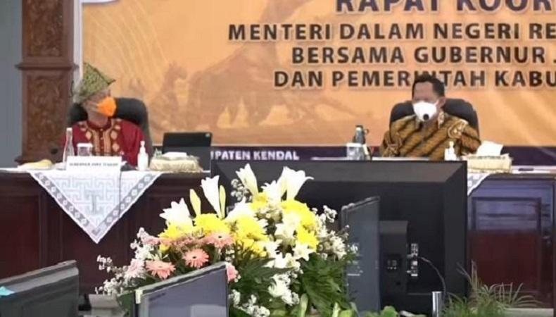 Momen lucu Menteri Dalam Negeri Tito Karnavian mengaku tidak mengenali Gubernur Jawa Tengah Ganjar Pranowo saat memakai pakaian adat.