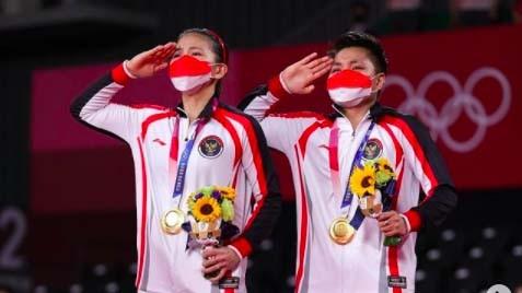 Apriyani Rahayu (kiri) mengaku pakai jimat sakti yang membantunya meraih medali emas Olimpiade Tokyo 2020. (Foto: Reuters)