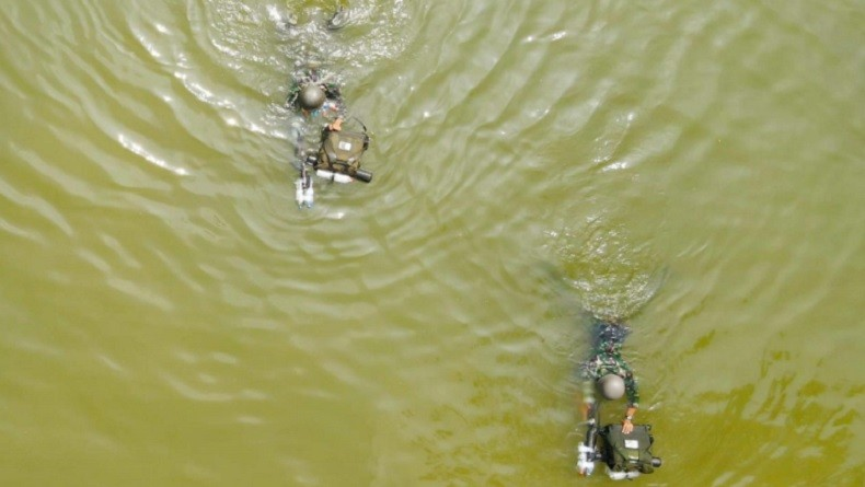 Batalyon Zeni 2 Marinir (Yonzeni 2 Mar) melaksanakan uji coba renang daya apung dengan alat improvisasi beberapa botol air mineral di kolam Tank Kesatrian Soetedi Senaputra Karangpilang, Surabaya, Kamis (2/9/2021). (Foto: Dok. TNI AL).