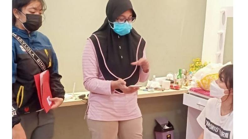 Personel PPA Polresta Denpasar saat menangkap selebgram berinisial RR di apartemennya. (Foto: Instagram)