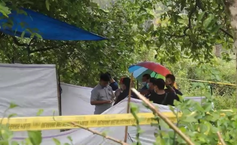 Makam remaja di Karangasem, Bali dibongkar, Selasa (5/10/2021). Kematiannya dianggap tak wajar. (Foto: iNews/Yunda Ariesta)
