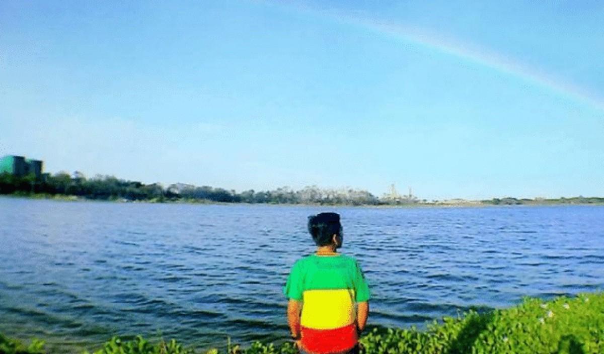 Seorang pengunjung menatap ke arah Telaga Ngipik di Gresik, Jawa Timur. (Foto: tempatwisata.org via Disparbud Gresik)