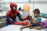 Aksi Spiderman Hibur Anak Penderita Kanker