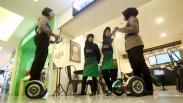 Polwan Sabhara Polrestabes Surabaya Patroli Segway di Pusat Perbelanjaan