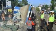 Truk Angkut Semen Terguling di Jalur Pantura