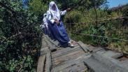 Potret Pendidikan di Banten, Sekolah Tanpa Dinding dan Melintasi Jembatan Rusak
