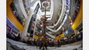Tidak Biasa, Lomba Panjat Pinang di Tengah Pusat Perbelanjaan Solo
