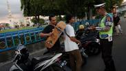Cegah Penyebaran Covid-19, Polisi Bubarkan Kerumunan Warga di Alun-Alun Tegal