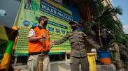 Diberi Sanksi, Pelanggar PSBB di Pasar Jatinegara Dihukum Menyapu Jalanan