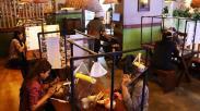 Cegah Penularan Corona, Rumah Makan di Surabaya Pasang Sekat Pembatas