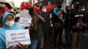 Momen Warga Surabaya Sambut Pasien Sembuh Covid-19