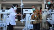 Wali Kota Surabaya Tri Rismaharini Berikan Ventilator untuk Penanganan Covid-19