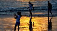 Wisatawan Menikmati Matahari Terbenam di Pantai Kuta Bali