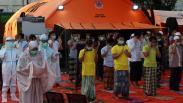Tenaga Medis dan Pasien Positif Covid-19 Salat Idul Adha Berjemaah di Surabaya