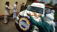 Perawat Wafat karena Covid-19, Tenaga Kesehatan Berikan Penghormatan Terakhir