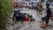 Jalanan Rusak dan Tertutup Air di Bojong Gede, Banyak Pengendara Motor Terjatuh