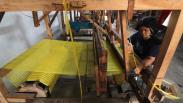 Melihat Pembuatan Sarung Tenun Ikat