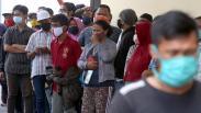 Tangisan Orang Tua Menjemput Anak yang Ditangkap saat Aksi Menolak Omnibus Law