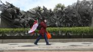 Seniman Ini Jalan Kaki Surabaya-Jakarta Sambil Bagikan Masker dan Vitamin