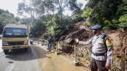 Jalan Utama Menuju Puncak Bogor Ditutup akibat Longsor di Gunung Mas