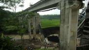 Penampakan Jembatan Rel Kereta Api Sepanjang 50 Meter Ambruk di Brebes