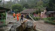 Tim SAR Gabungan Semprot Sisa-Sisa Lumpur Banjir Bandang Gunung Mas
