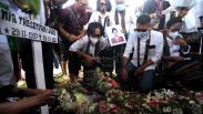 Tabur Bunga di Makam Jenazah Pramugari Sriwijaya Air Mia Tresetyani Wadu