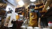 Asyiknya Ngopi di Halaman Sambil Menikmati Karya Foto Jurnalistik