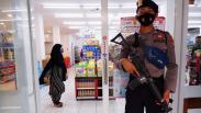 Antisipasi Penjarahan, Toko Ritel di Mamuju Dijaga Polisi Bersenjata