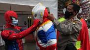 Polisi bersama Superhero Bagi-Bagi Masker dan Vitamin di Kawasan Senen