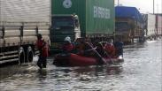 Kaligawe Masih Terendam Banjir, Kemacetan Panjang Truk Terlihat di Jalur Pantura
