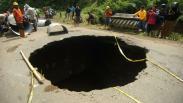 Penampakan Lubang Besar Sedalam 8 Meter di Jalan Penghubung Brebes - Tegal