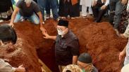 Fadli Zon Gotong Keranda Jenazah Ibunda ke Pemakaman