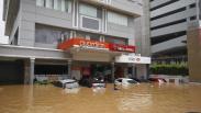 BMW Putih Hanyut Terbawa Arus Banjir di Kemang, Ketinggian Air 1,5 Meter
