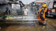 Warga Ramai-Ramai Gotong Jenazah Melewati Banjir di Pekalongan