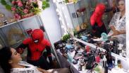 Aksi Spiderman Merias Wajah Perempuan Cantik di Makassar
