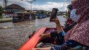 Pasien dan Tenaga Kesehatan Menembus Banjir Jalur Pantura dengan Truk Evakuasi